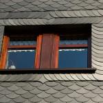 typisches Dachfenster mit Schieferschindeln im Harz